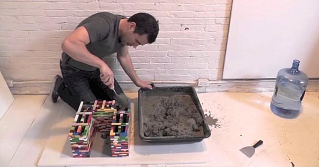 Gr ce du b ton et de simples legos cet homme r alise de superbes construct - Fabriquer une table en beton ...