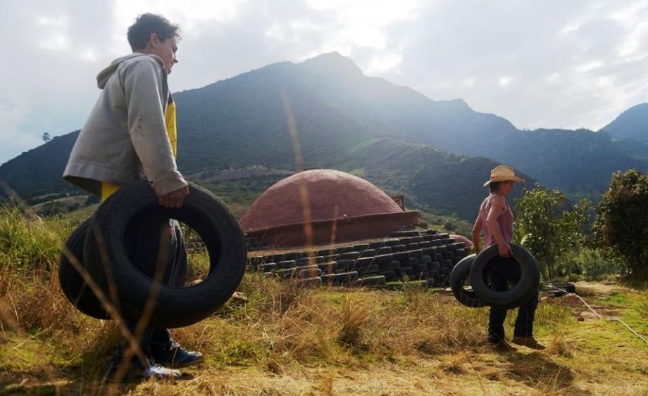 Avec de simples pneus ils ont construit une tonnante for Ils ont construit
