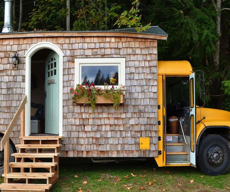 ce couple a transform un bus scolaire en une habitation mobile de r ve des id es. Black Bedroom Furniture Sets. Home Design Ideas
