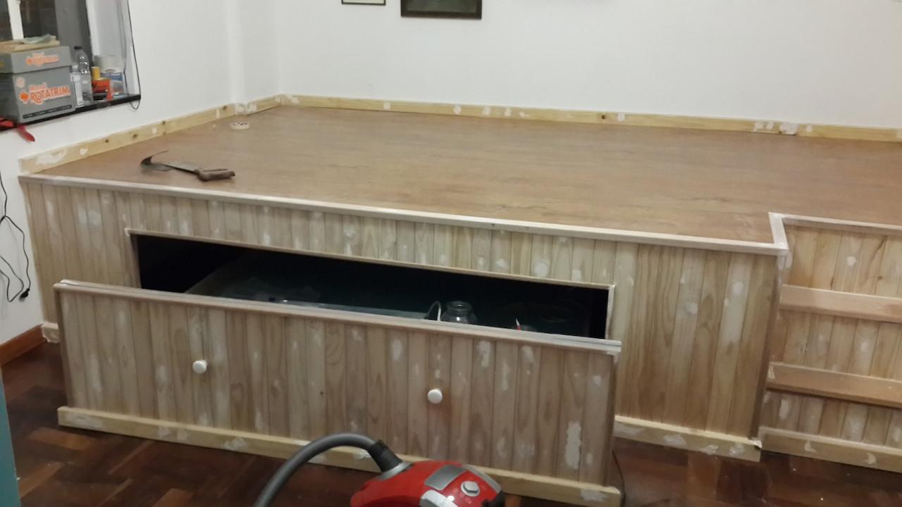 Estrade dans une chambre pr l vement d 39 chantillons et une - Estrade en bois pour lit ...