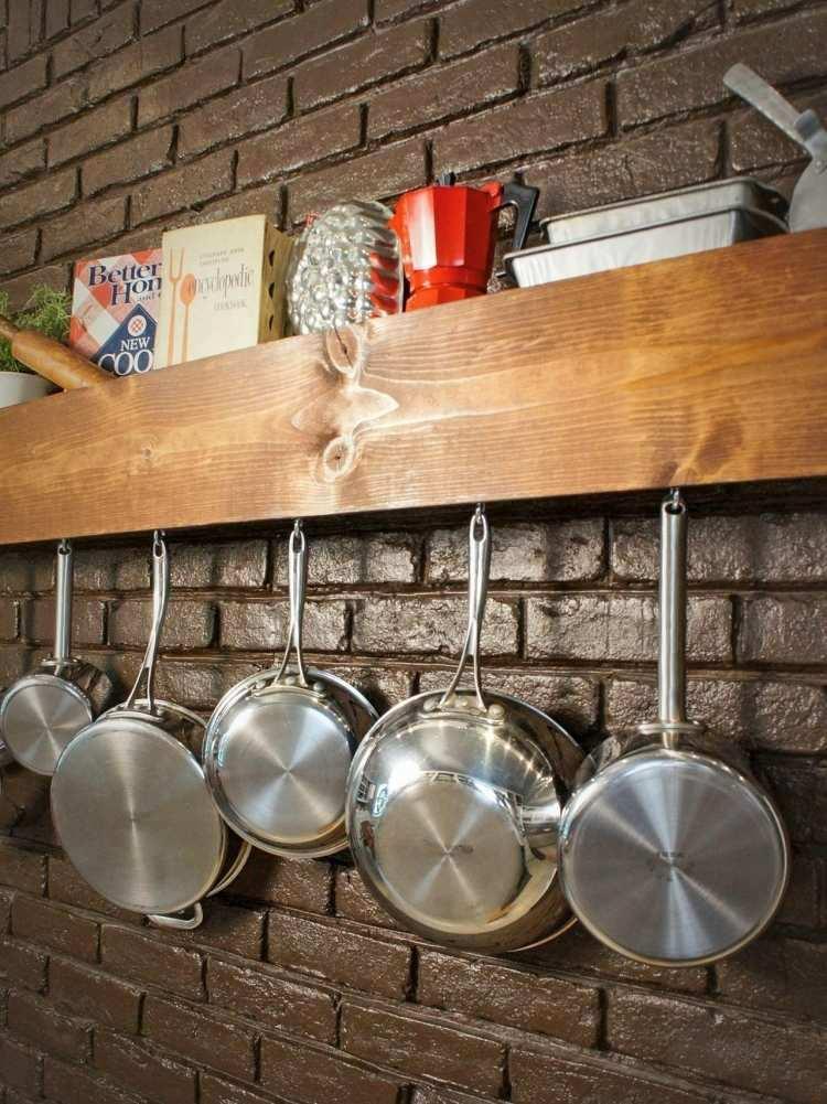 rangement-mural-cuisine-étagère-bois-massif-poêles