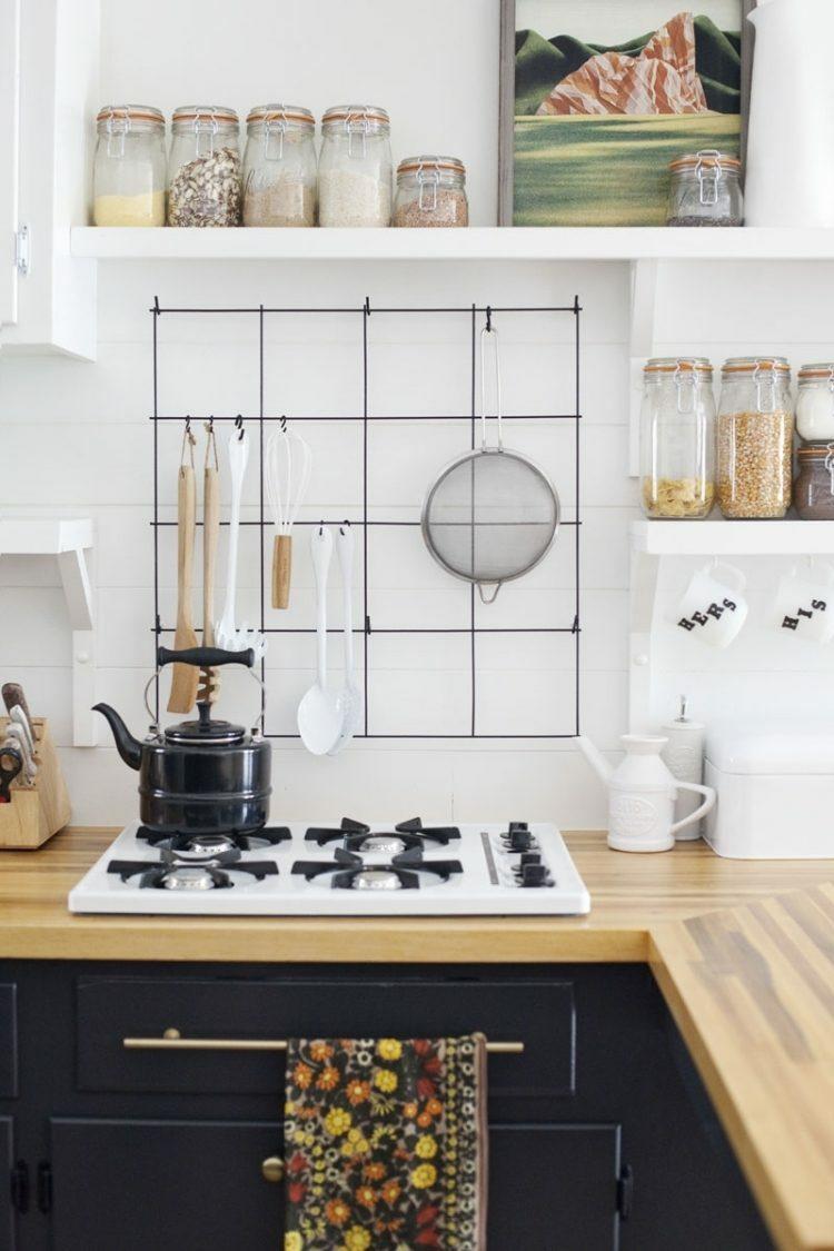 rangement-mural-cuisine-barres-métalliques-plan-bois