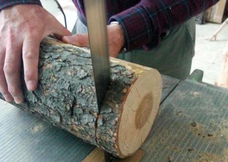 Il coupe une b che de bois en tranches et regardez ce qu 39 il en fait des id es - Couper bois avec meuleuse ...