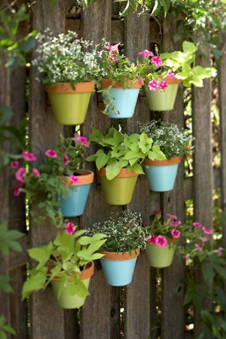 mini-pots-de-fleurs-sur-cloture