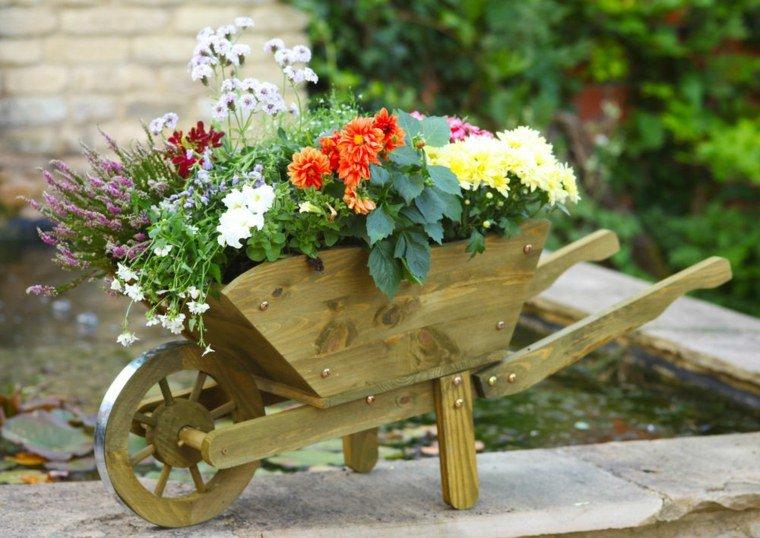 decorer-son-jardin-chariot-bois-decorer-fleurs