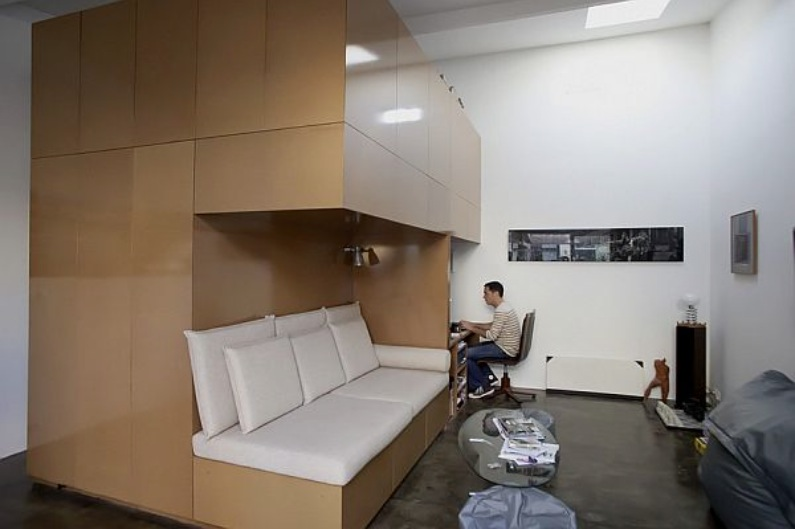 avant apr s il transforme son vieux garage pour y vivre par manque d argent et en fait une. Black Bedroom Furniture Sets. Home Design Ideas