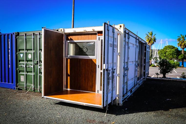 il vit dans un conteneur maritime de 15 m2 sacr ment bien am nag des id es. Black Bedroom Furniture Sets. Home Design Ideas