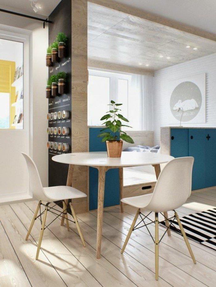 deco-studio-20m2-sol-en-planchers-en-bois-clair-chaises-en-plastique-blanche-tapis-a-rayures