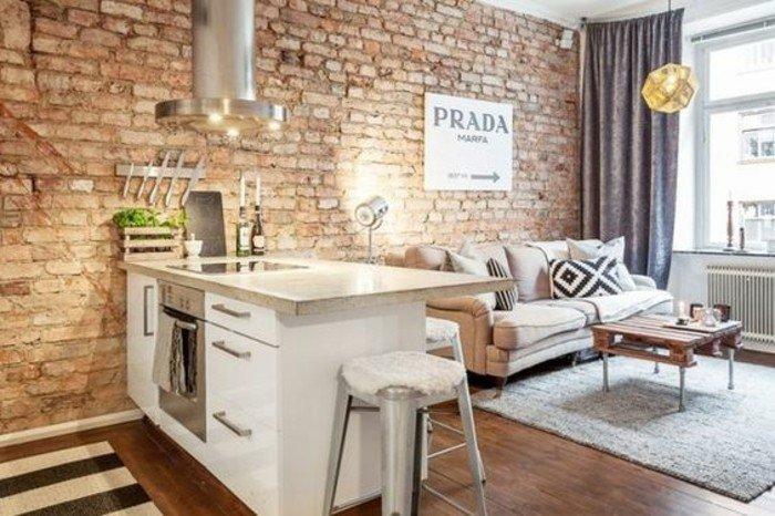originale-idee-pour-meubler-un-studio-de-petites-dimensions-mur-en-briques-rouges-canape-beige-e1465908857369