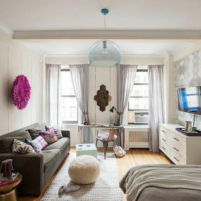 petit-studio-20m2-sol-en-bois-clair-canape-marron-fonce-murs-blancs-decoration-murale-cic