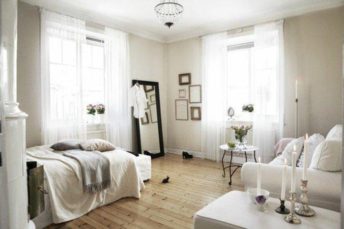 studio-chic-amenager-studio-pas-cher-sol-en-parqeut-clair-rideaux-longs-blanccs