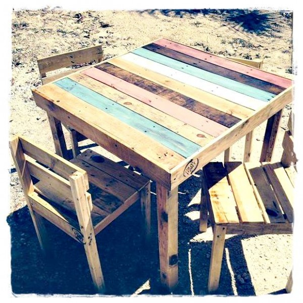 44 id es de table en palette pour votre maison page 5 for Table exterieur 2 places