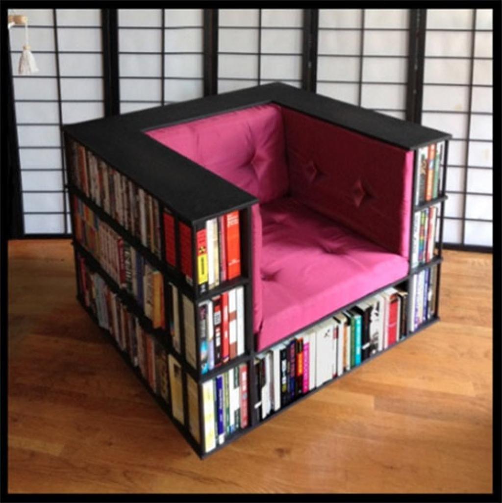 fauteuil et bibliothèque