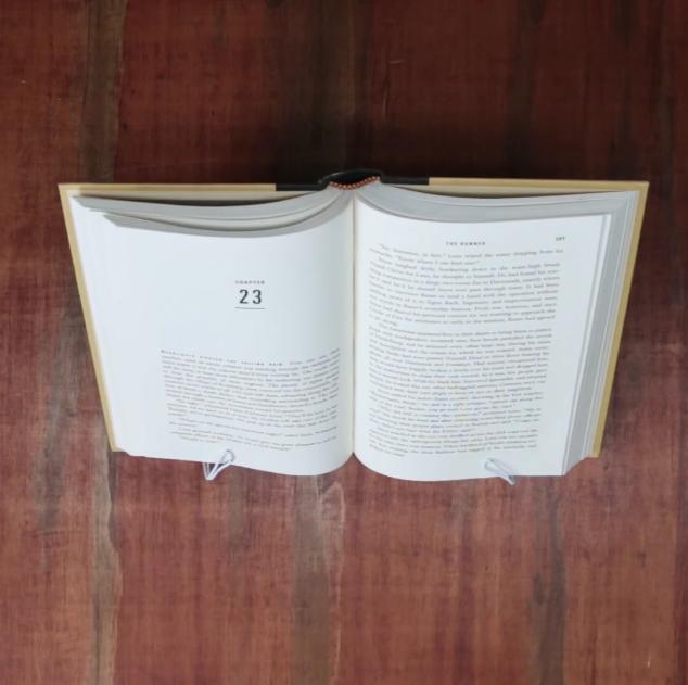 un support pour livre avec un cintre
