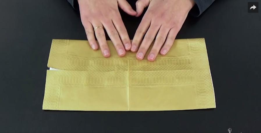 tuto pliage un porte couverts avec une serviette en papier. Black Bedroom Furniture Sets. Home Design Ideas