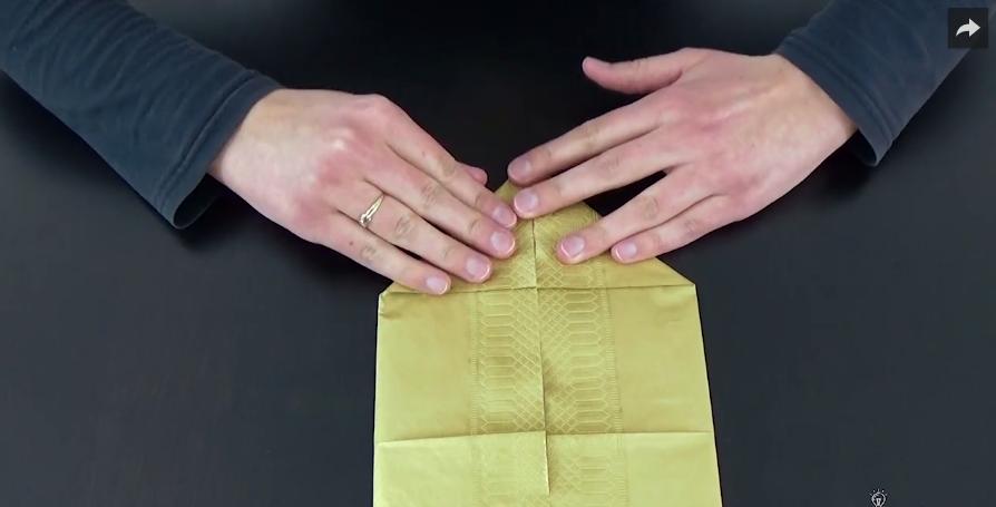 tuto pliage un porte couverts avec une serviette en papier des id es. Black Bedroom Furniture Sets. Home Design Ideas