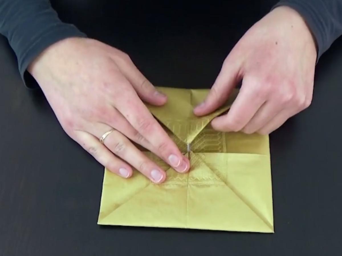 Pliage Serviette Papier Avec Couverts tuto pliage : un porte-couverts avec une serviette en papier