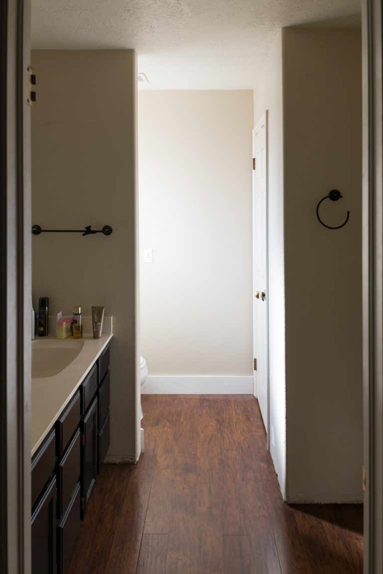 excellent le mur cens sparer le meuble lavabo du coin toilettes ne faisait pas trs bien son. Black Bedroom Furniture Sets. Home Design Ideas