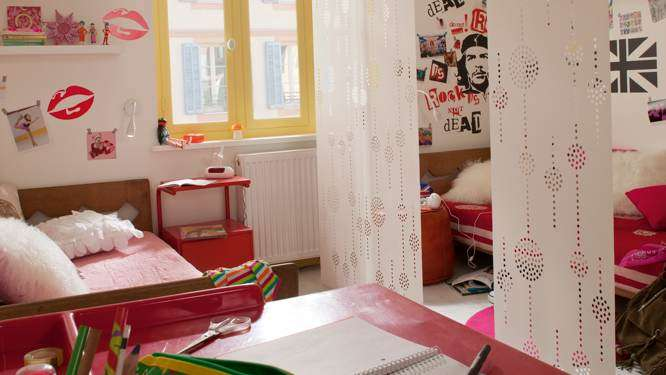 7 un lit de chaque ct de la pice avec des parois japonaises comme sparation dcorative
