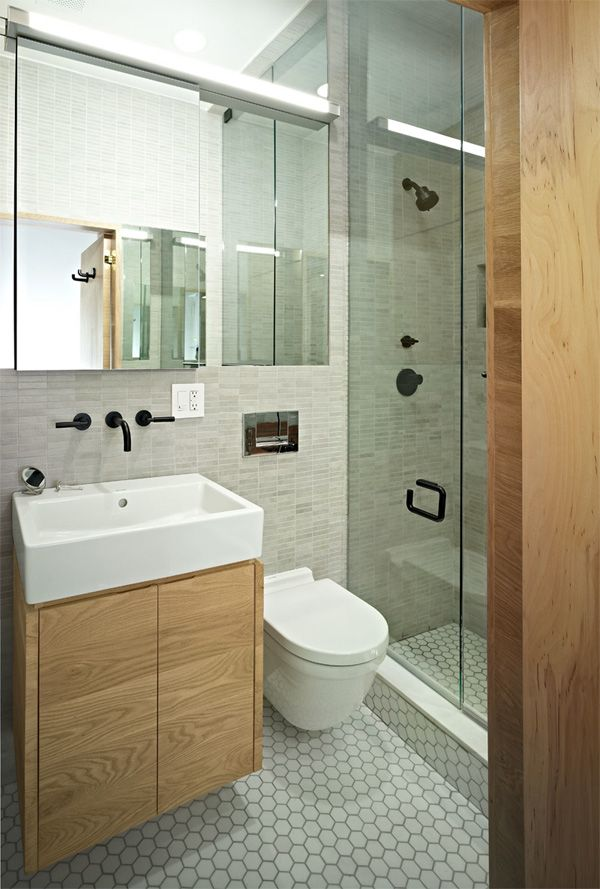 2 une salle de bain avec des meubles en bois pour un look naturel