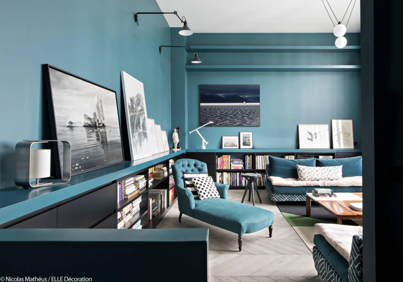 Visitez une maison atypique tout en bleu vert et noir for Salon bleu canard