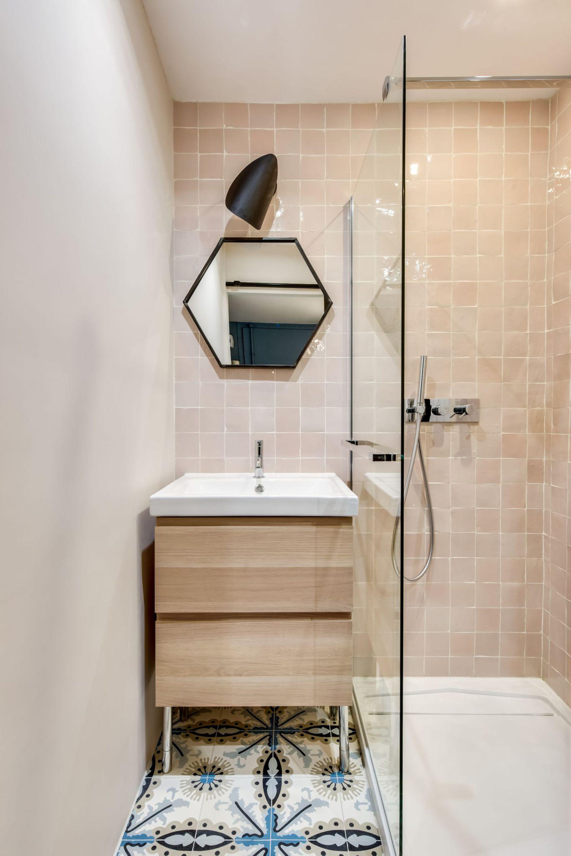 Petite Salle De Bain De Charme ~ la petite salle de bains ne manque pas de charme_5998374 des id es