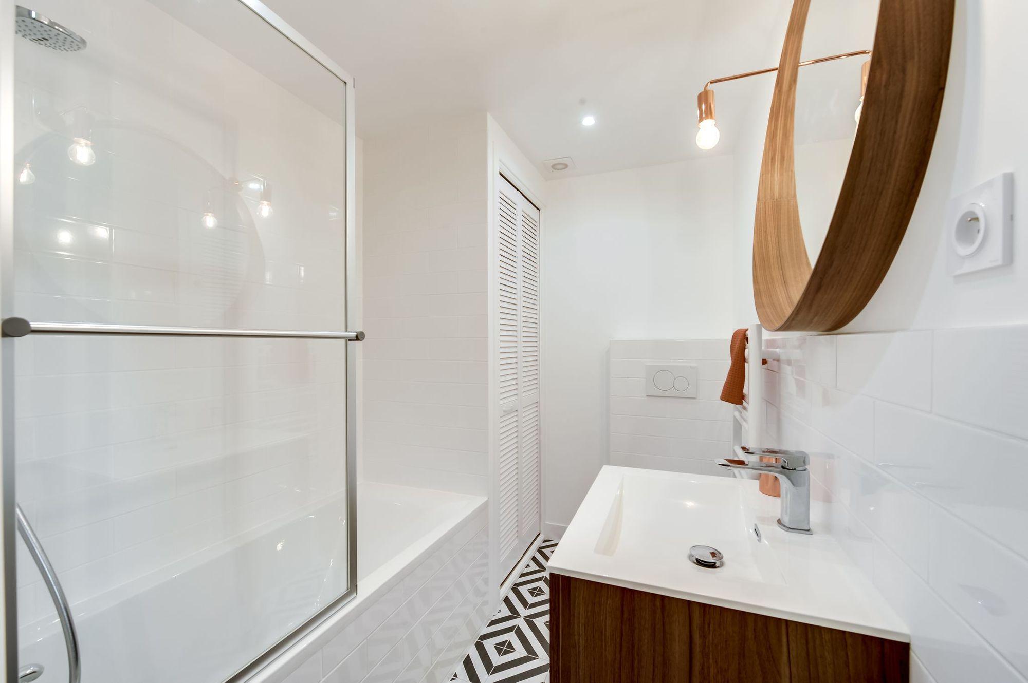 salle de bains noir et blanc touches de bois 5913634 des. Black Bedroom Furniture Sets. Home Design Ideas