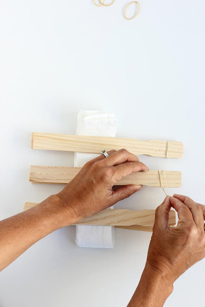 tuto cr ez de jolis sets de table en suivant la m thode shibori page 2 sur 3 des id es. Black Bedroom Furniture Sets. Home Design Ideas