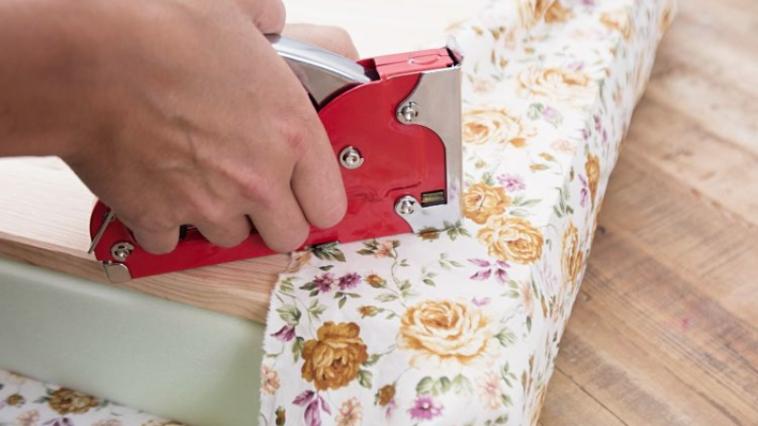 elle fabrique une chaise avec une vieille valise et le r sultat en vaut vraiment la chandelle. Black Bedroom Furniture Sets. Home Design Ideas