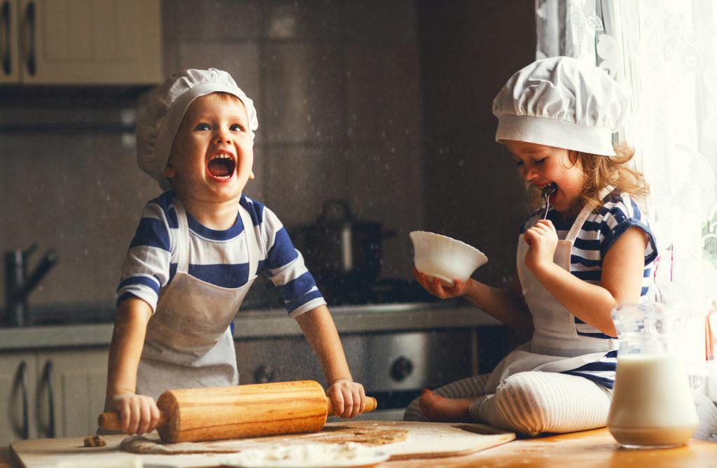 Enfants qui cuisinent