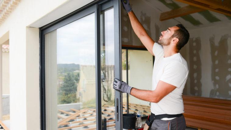 ouvrier qui installe une fenêtre