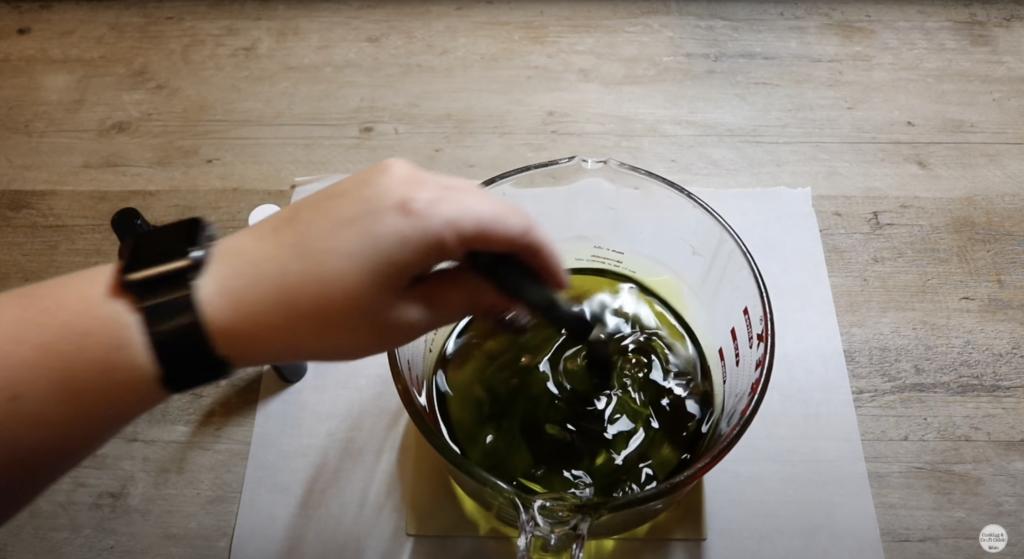 cire fondue et colorée dans un récipient en verre