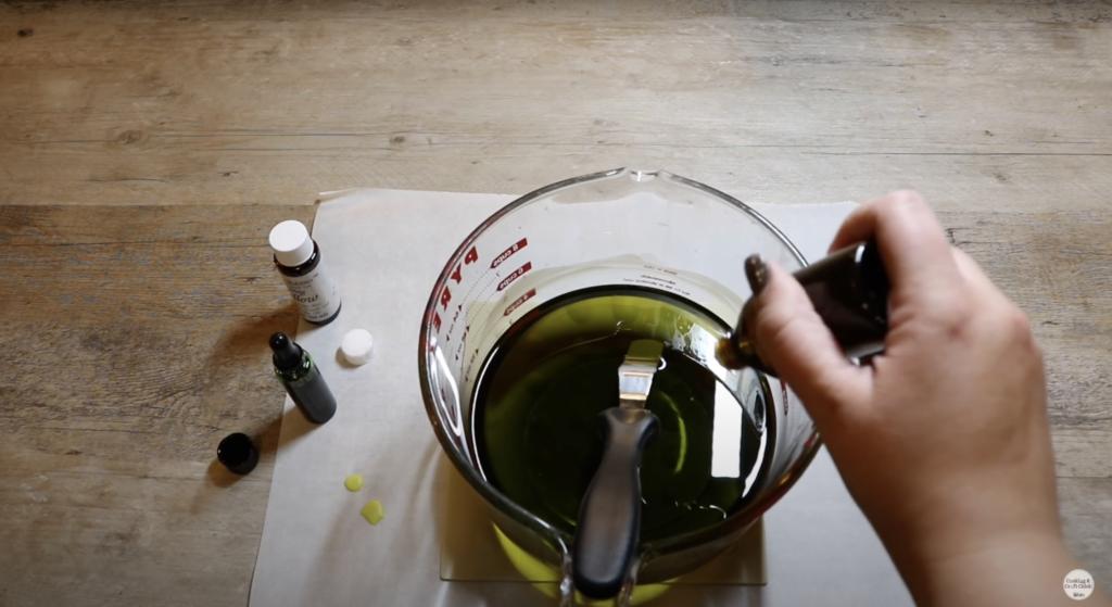 cire fondue, colorée et parfumée dans un récipient en verre